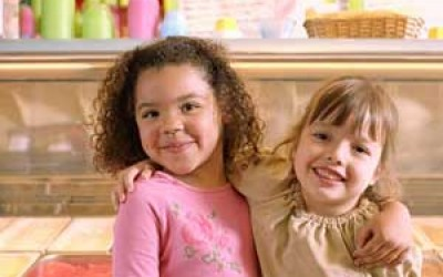 Two Little Girls Hugging >> Photo from www.atmybest.ca